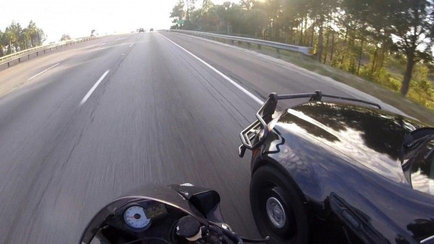 Sportbike Runs From Police, Almost Gets Hit by a Cop at 125MPH